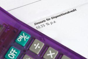 Ein Taschenrechner und Zinssatz für Dispositionskredit
