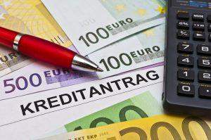 ein Kreditantrag, Taschenrechner und Euroscheine